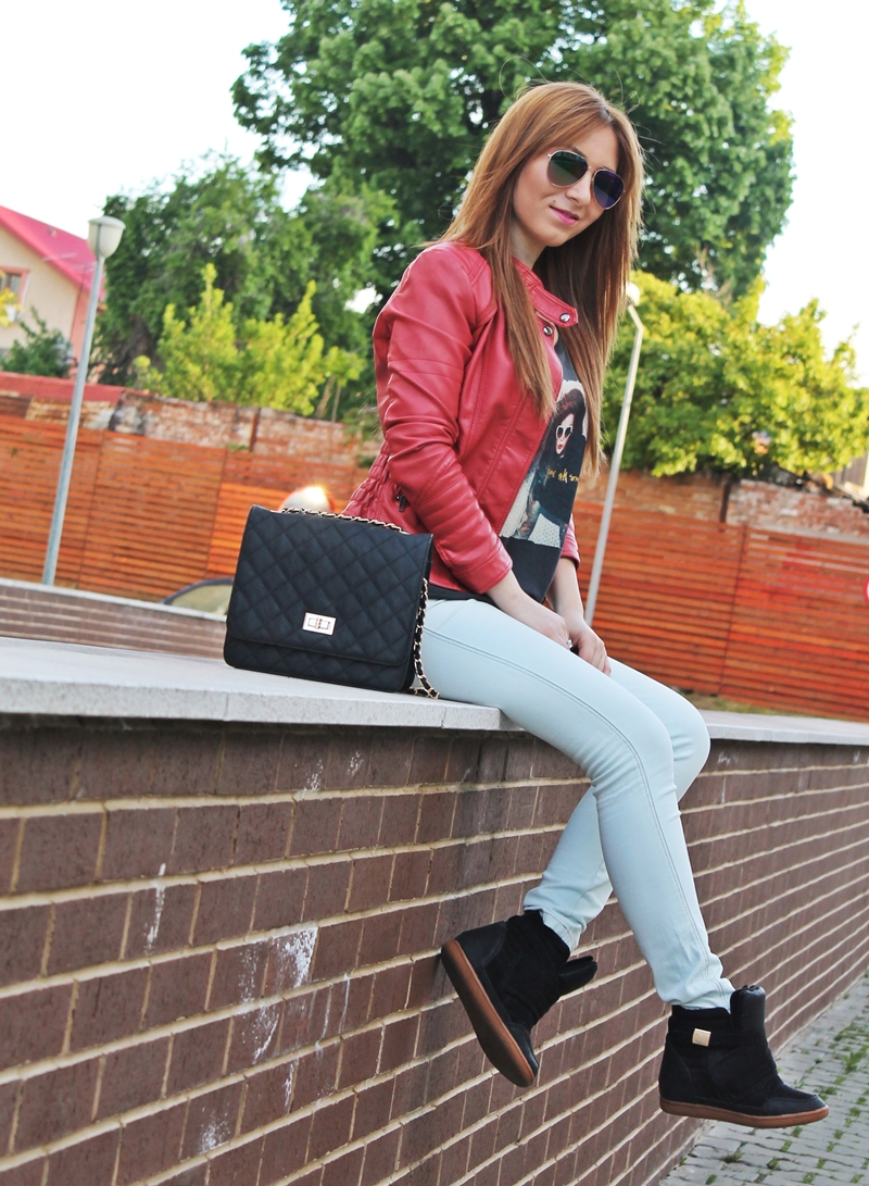 tinuta 1 mai blogger de moda Andreea Ristea - geaca rosie imitatie piele, tricou cu imprimeu, blugi si sneakersi