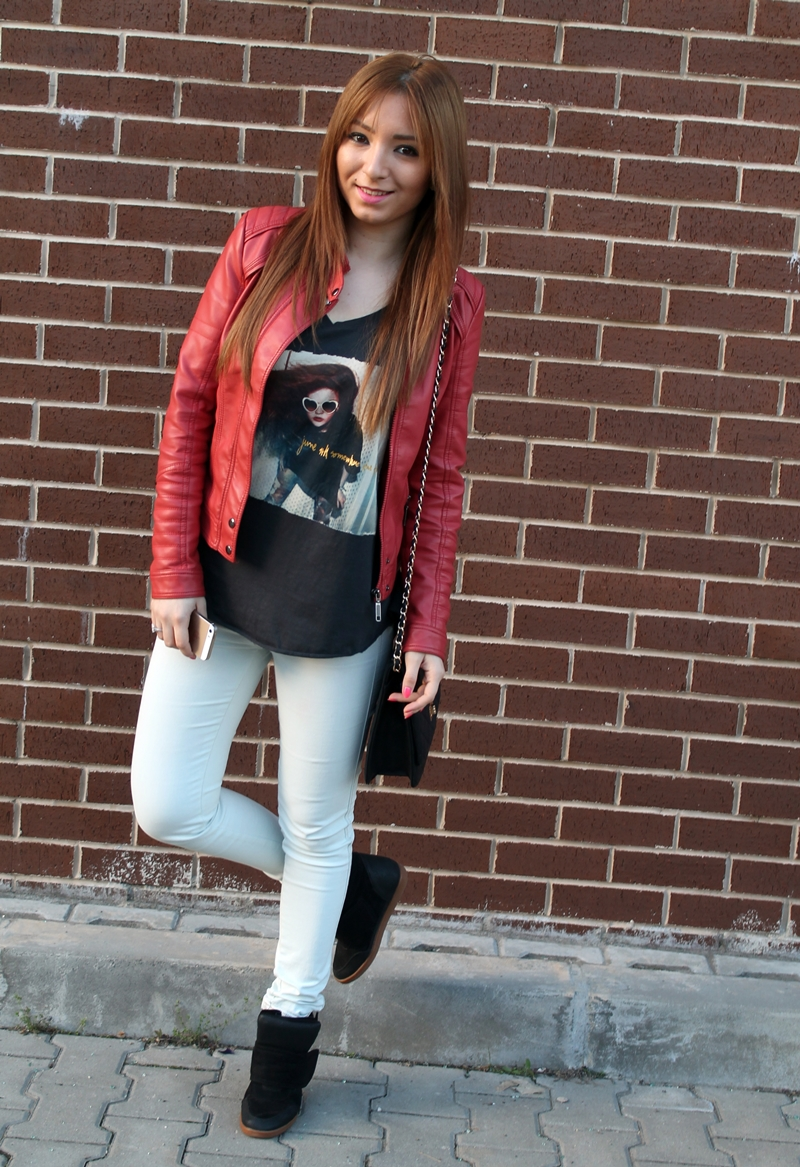 Street style - red leather jacket, jeansi, t-short, black sneakersi