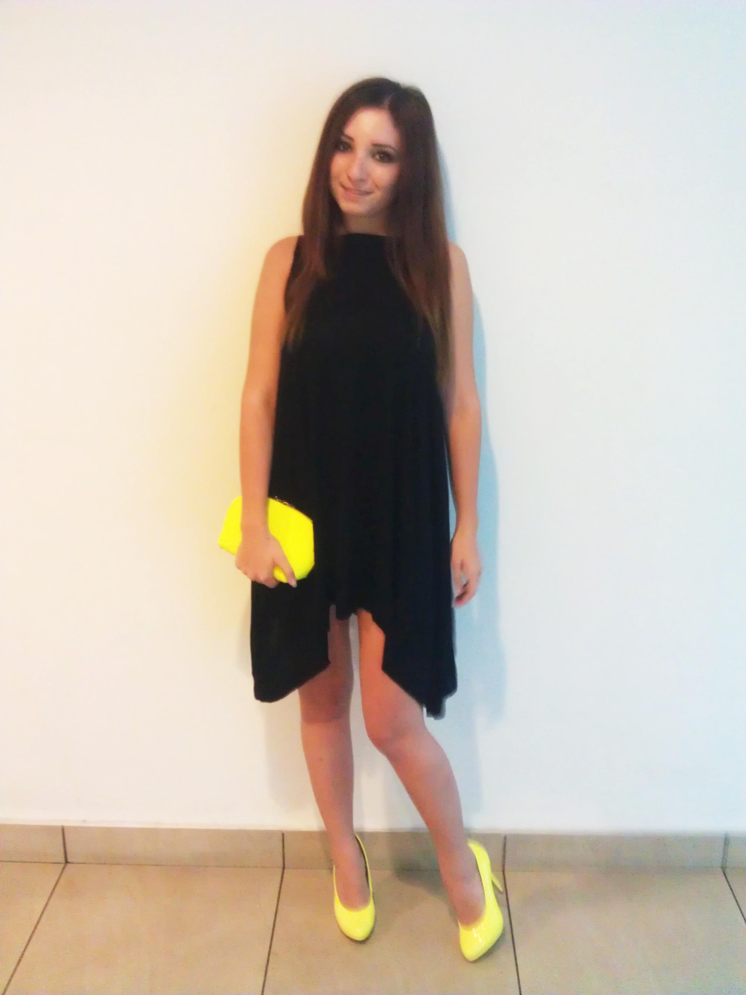 rochie neagra jerseu in colturi, pantofi si plic galben neon