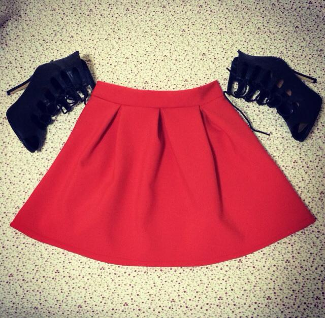 red skirt, pleated skirt, lace sandals, heels, black, andreea design, fusta