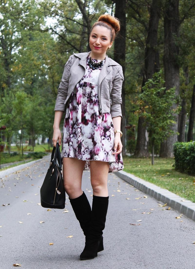 Tinuta de toamna cu rochie imprimeu floral violet si cizme negre pana la genunchi