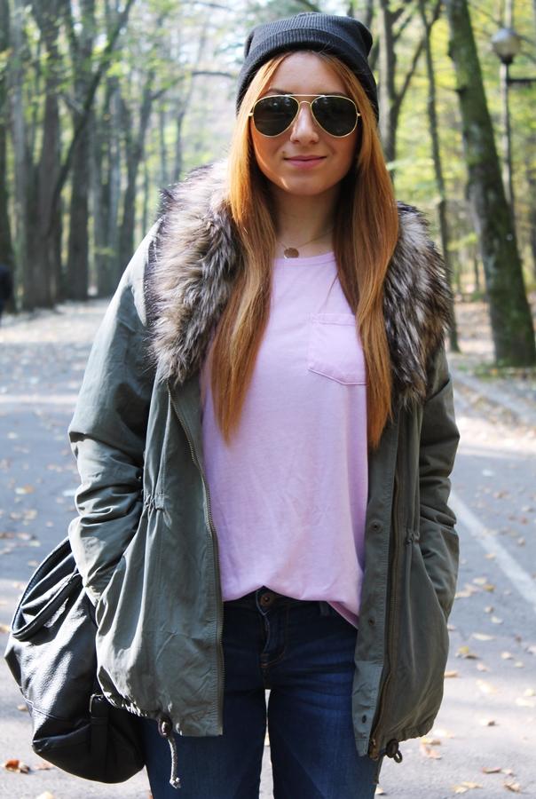 geaca parka cu guler de blana, tricou roz pudrat, ochelari de soare, fes negru