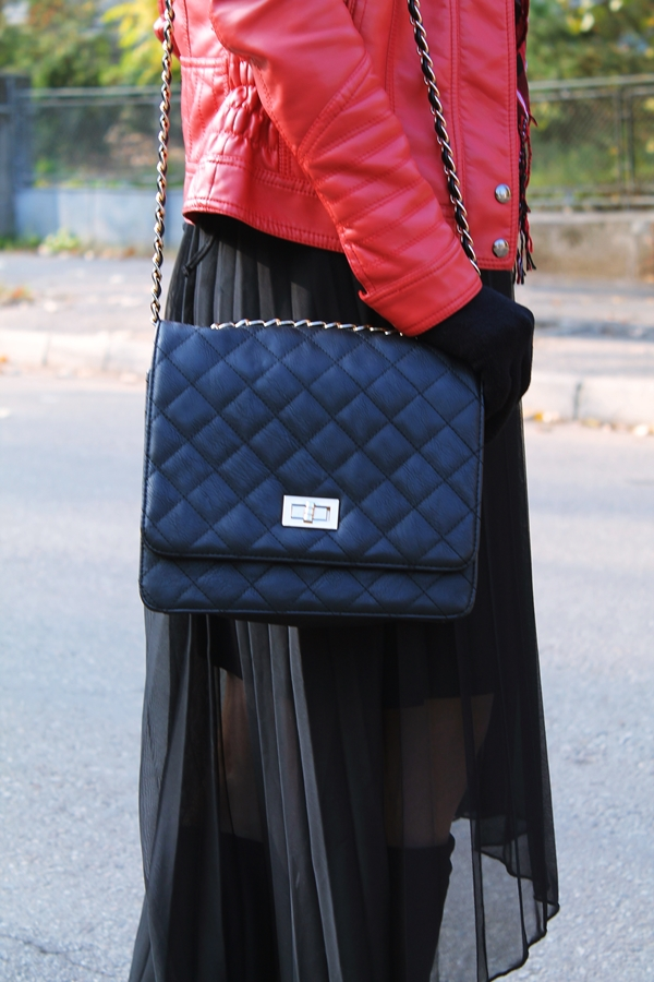 geanta neagra cu lant auriu