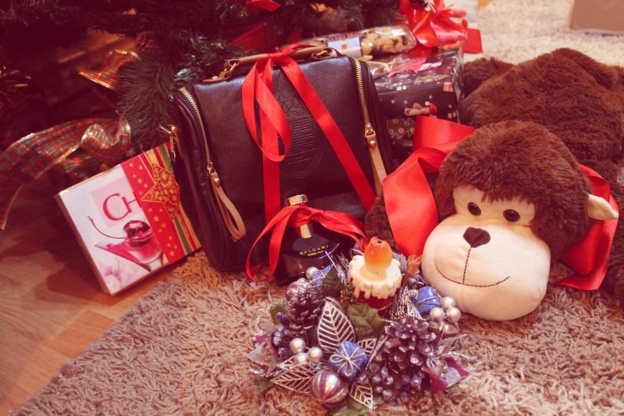 cadouri de craciun, parfum bulgari, geanta, bomboane