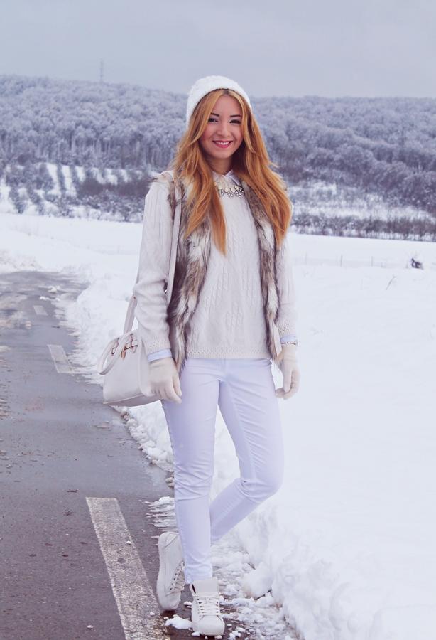 tinuta de iarna vesta de blana cu pulover si pantaloni albi