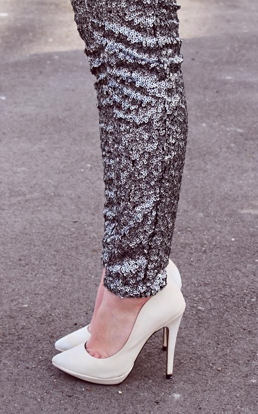 Tinute blogger de moda Arges: pantofi albi cu toc si pantaloni cu paiete