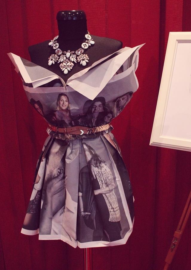 rochie din ziare, colier statement