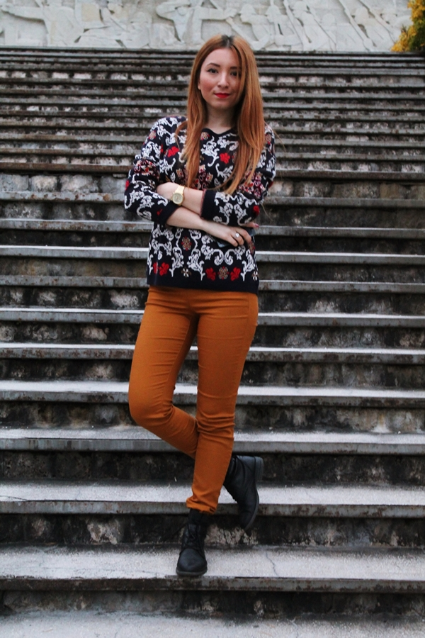 Blogger de moda Andreea Design, tinuta cu pantaloni maro mustar si pulover motive traditionale, ceas michael kors auriu