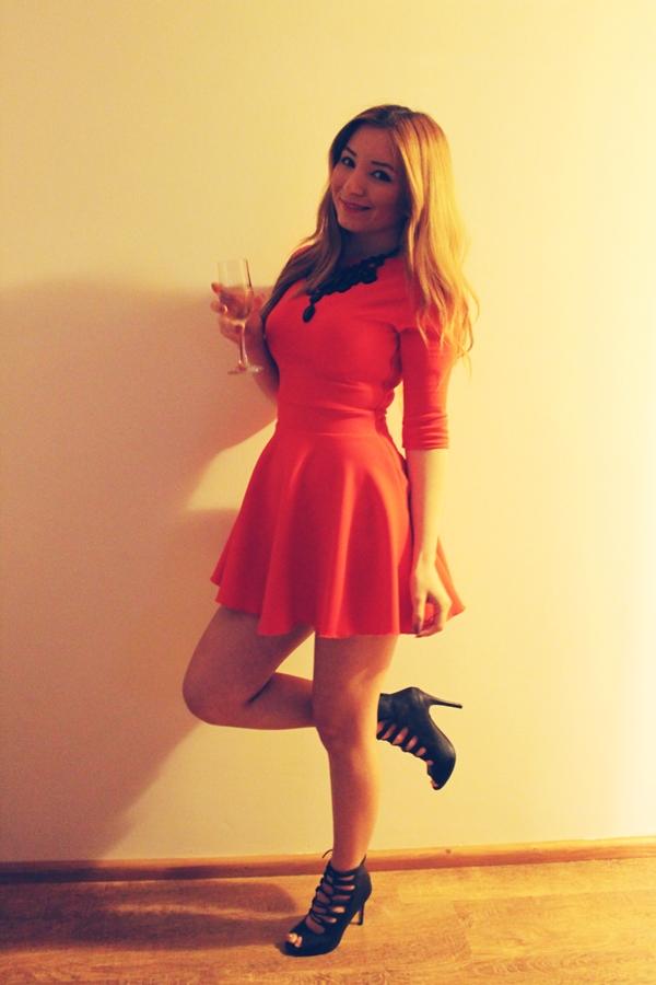 rochie rosie in clos, colier negru zara statement, sandale cu siret negre