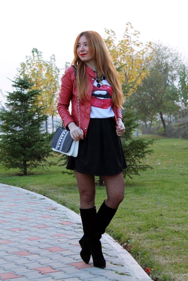 tinuta alb negru si rosu, blogger de moda, fusta negru brocard andreea design cu pliuri, tricou cu buze rosii, geaca de piele rosie, cum purtam cizmele