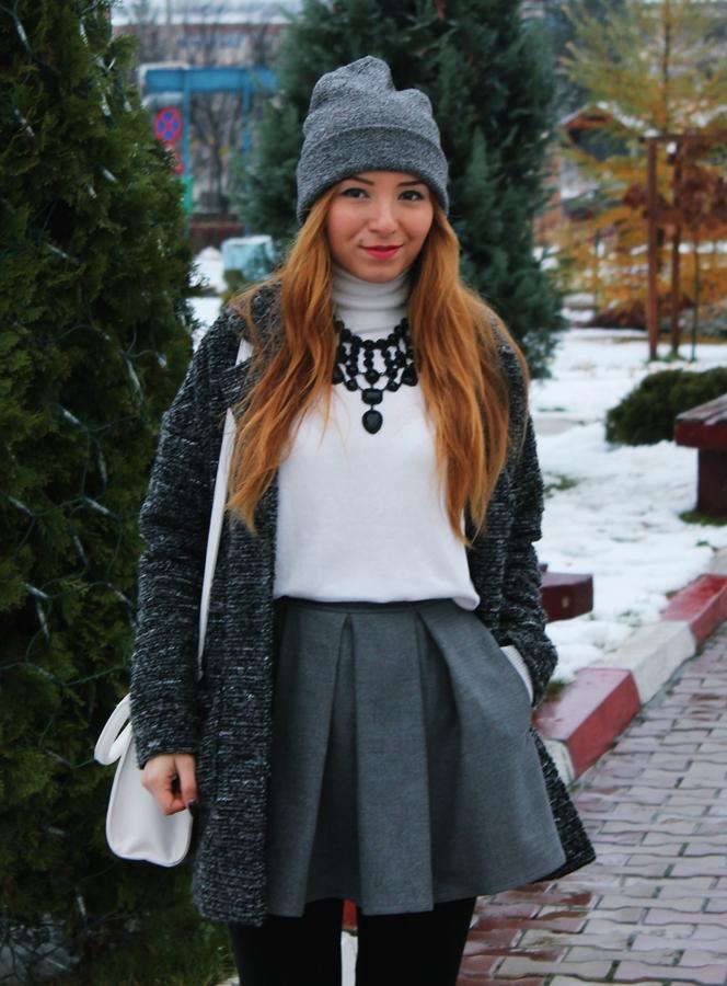 Tinuta integrala gri, fusta andreea design din stofa gri cu pliuri, cum purtam, fusta cu helanca si palton, cum purtam cizmele, street style all grey outfit