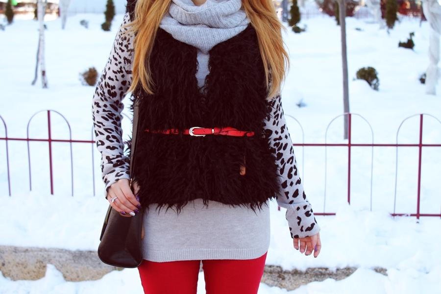 vesta de blana neagra, cum purtam, tinute, esarfa gri si pulover gri leopard