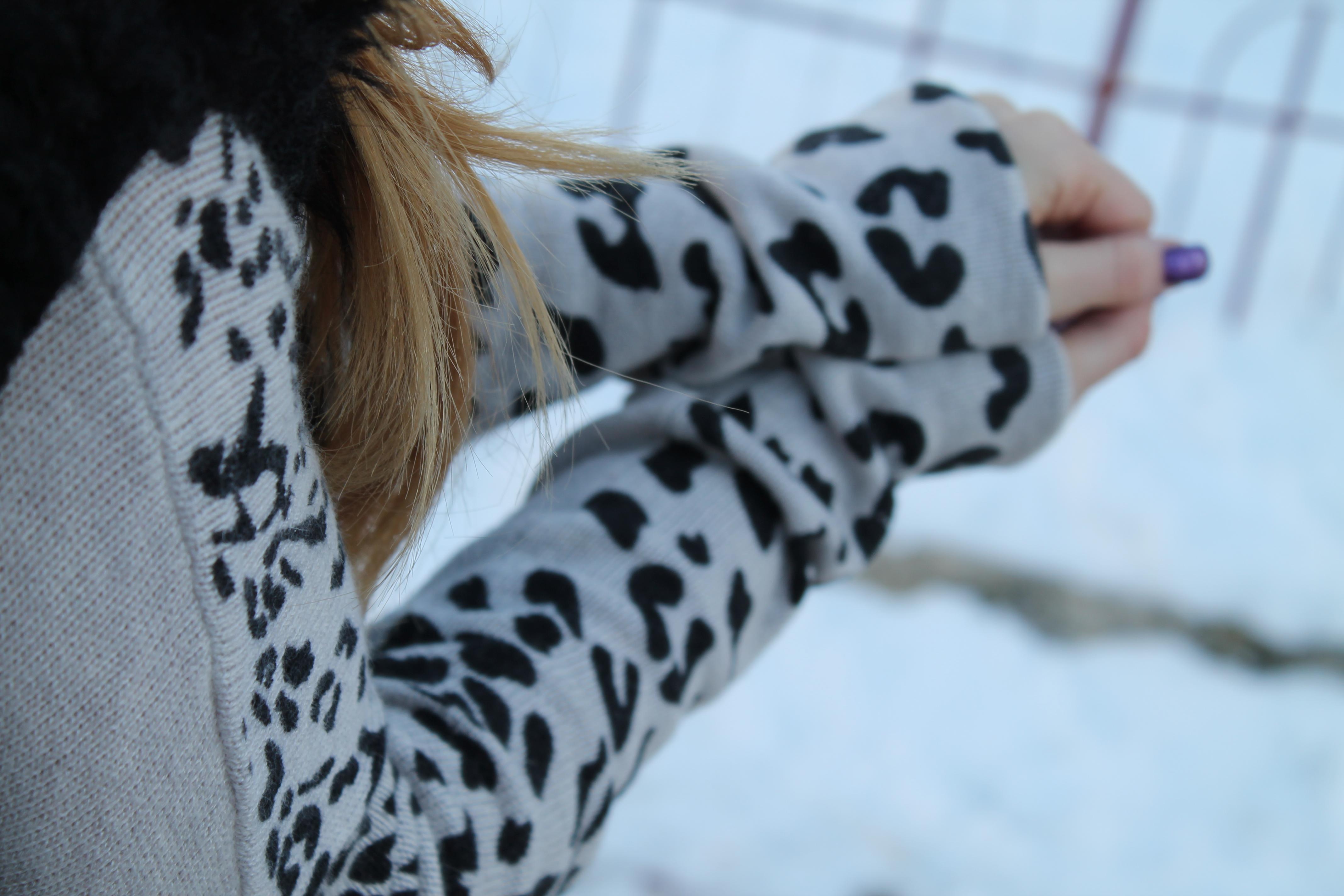 pulover cu maneci leopard gri