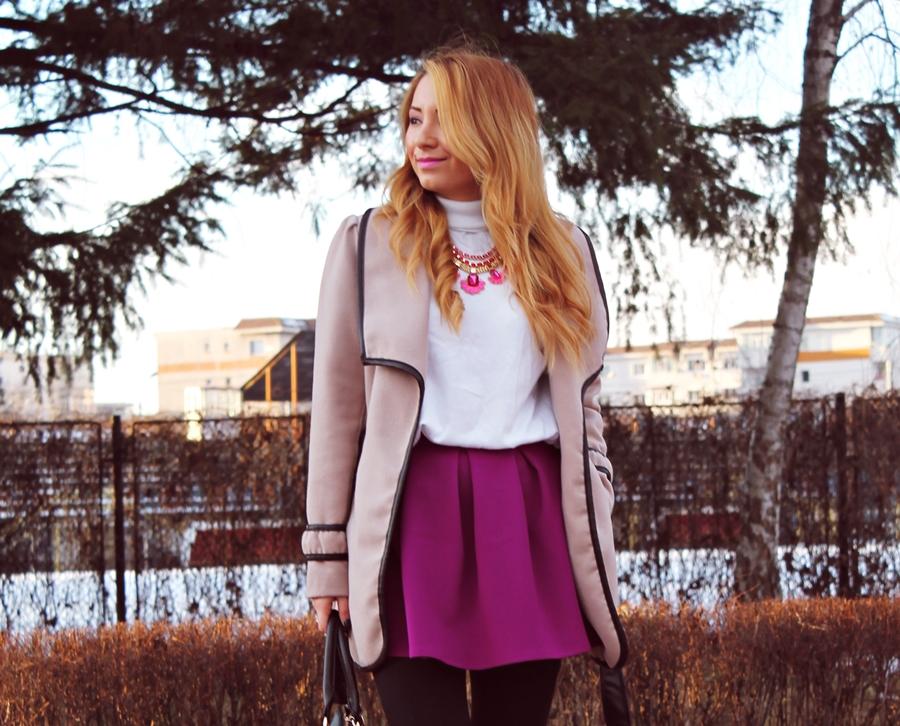 Fusta Andreea Design cu pliuri violet si palton camel bej cu margini negre, tinuta, blogger de moda arges