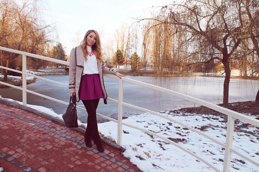 Tinuta de iarna, botine cu franjuri negre, fusta cu strampi grosi, palton bej, fusta violet, helanca alba, colier statement roz