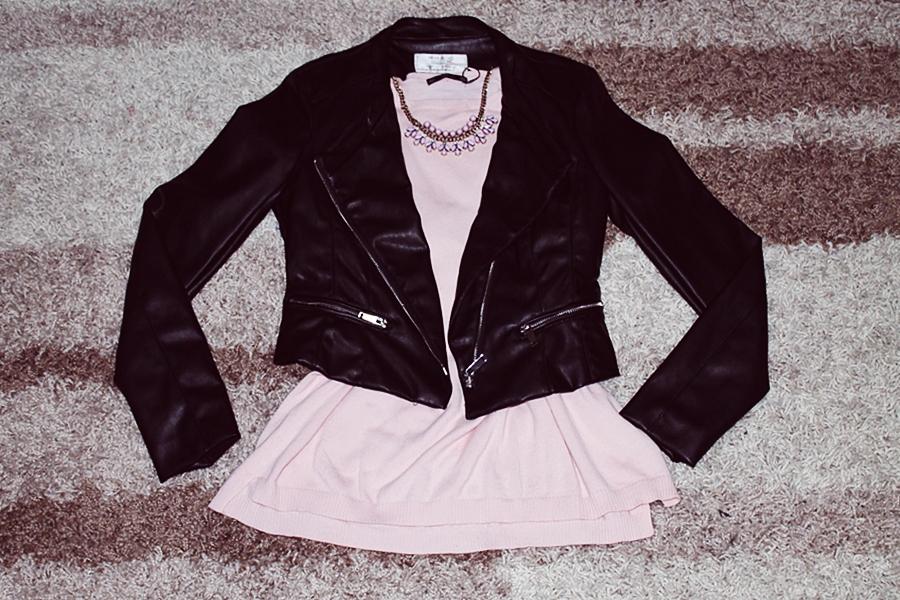 tinuta cu geaa de piele neagra si bluzita roz pudrat