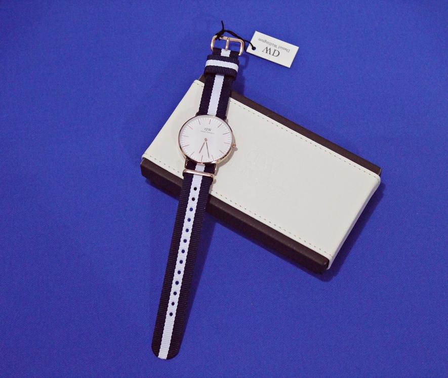 ceas cu dungi alb cu albastru