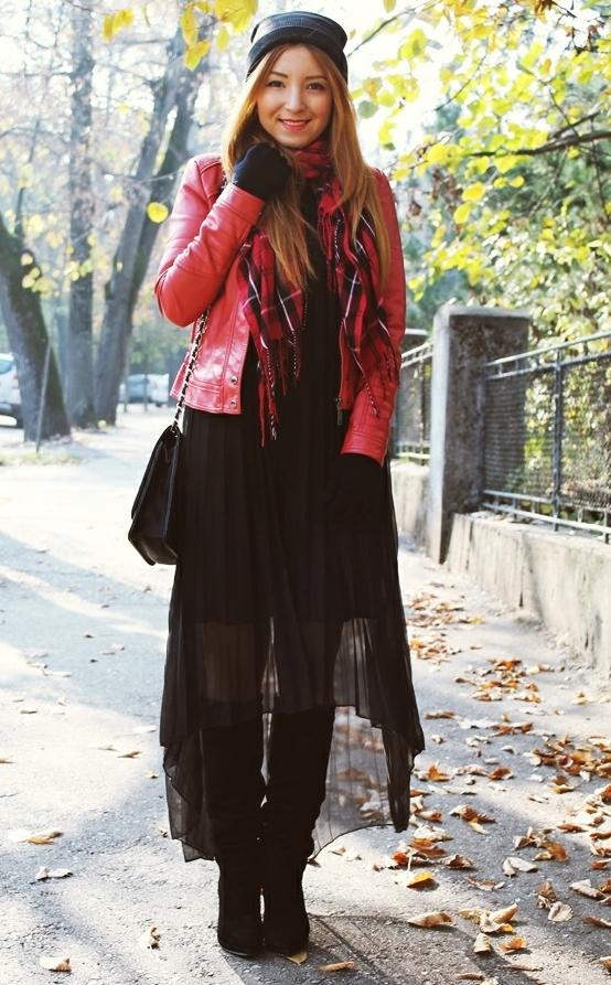 rochie cu cizme tinuta, rochie cu geaca de piele, tinuta rosu si negru, esarfa tartan rosie
