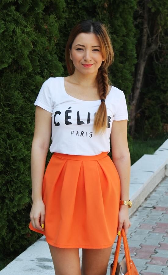 Fusta cu pliuri portocalie, orange, tinuta cu tricou celine paris alb