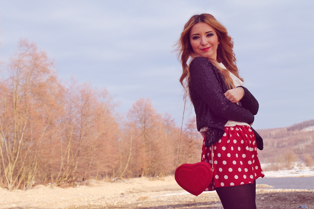 Valentine's Day outfit, tinuta, fusta rosie cu buline albe, geanta in forma de inima, sacou cu paiete, blog, moda 2015