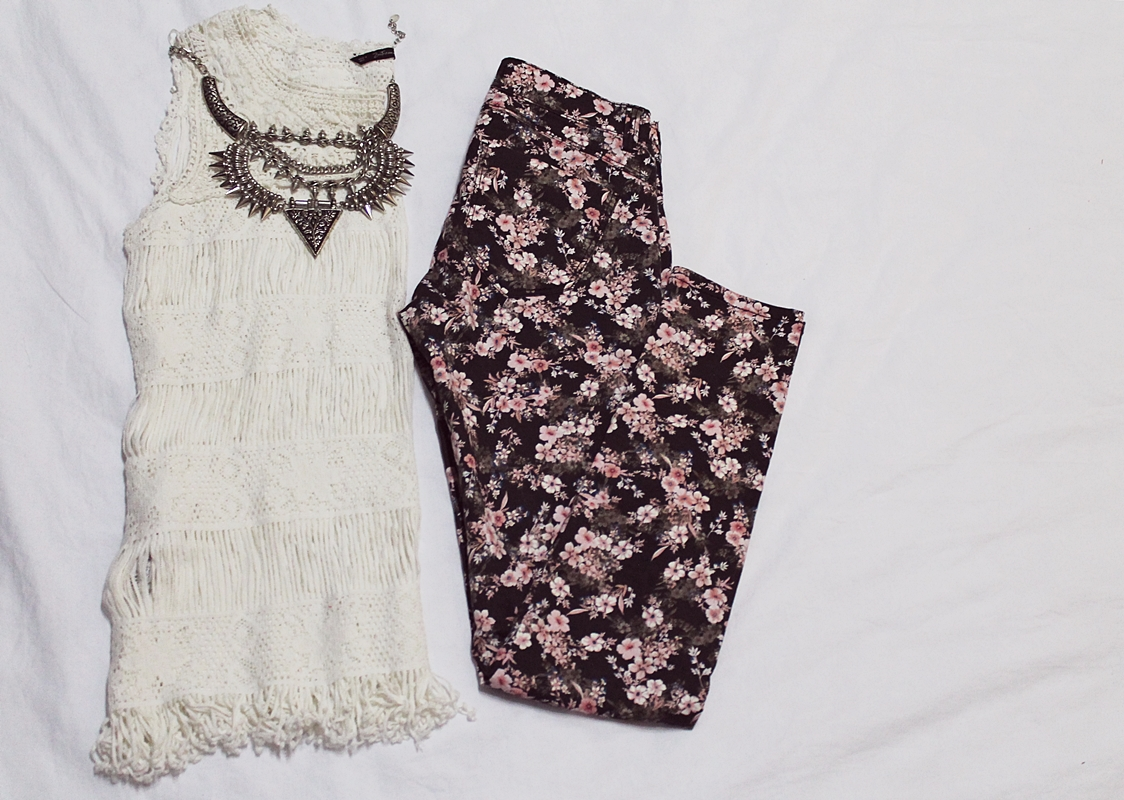 pantaloni stradivarius cu imprimeu floral si bluza zara brodata de pe brandcircus.ro