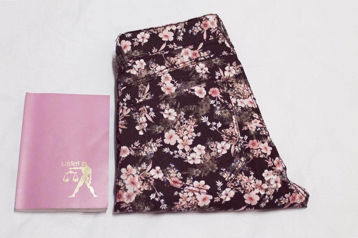 Pantaloni cu imprimeu floral negru cu roz pudrat