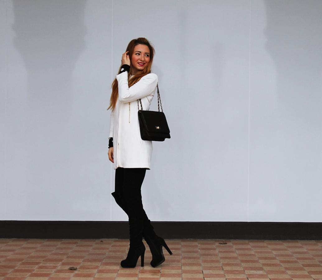 Tinuta eleganta de zi, cu palton alb, sacou alb si cizme cu toc