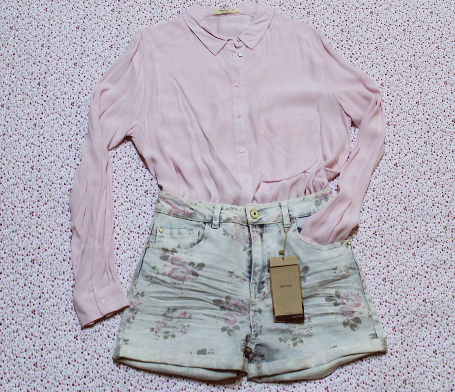 Tinuta camasa roz pudrat si pantaloni scurti cu talie inalta imprimeu floral vintage