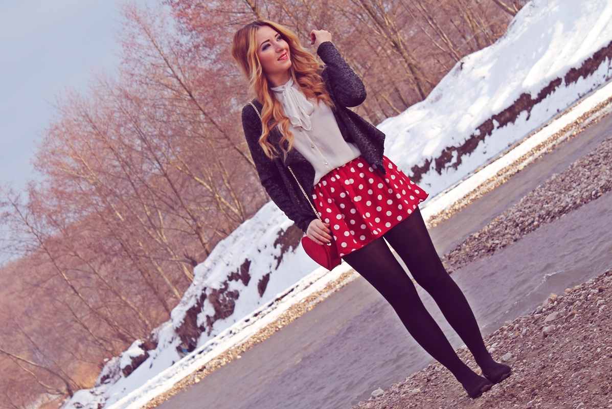 Tinuta de iarna, valentine's day, ziua indragostitilor, fusta rosie cu buline, strampi negri, balerini, camasa alba, sacou negru cu paiete