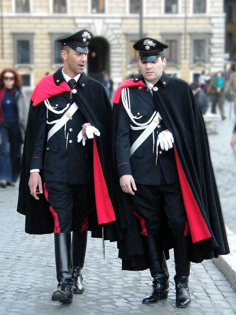 Capa purtata de politie, police cape