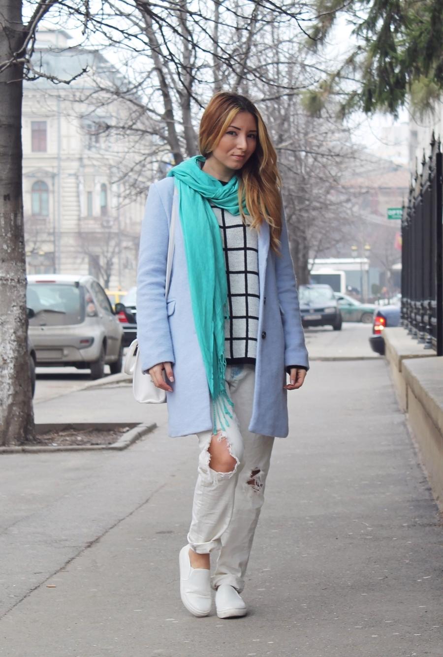 Tinuta de iarna, primavara, blugi rupti, pulover carouri, palton pastelat, esarfa turcoaz