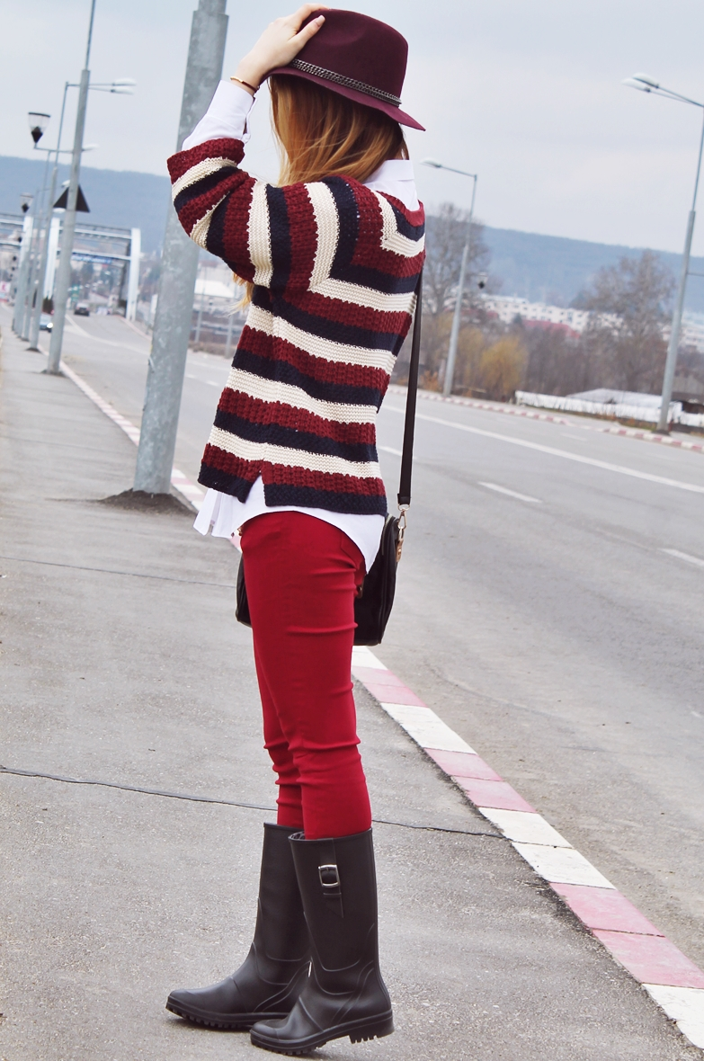 Street style navy style, red pants, rain boots, Hat trend