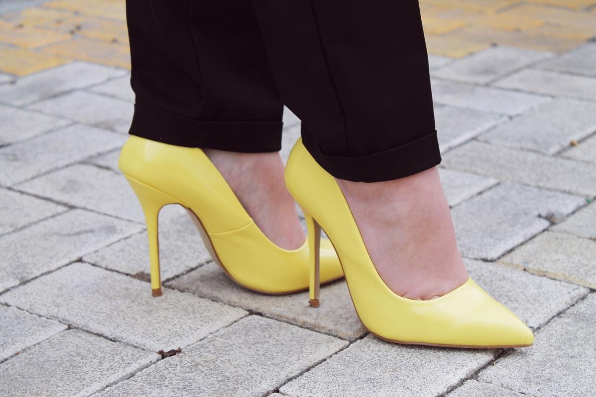 Pantofi stiletto cu varf ascutit si toc cui galbeni Poema