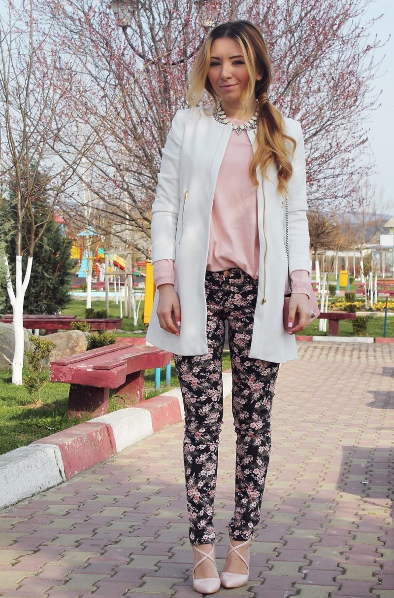 Pantalonii cu impriemeu floral negri cu roz pudrat, bluza roz pudrat, panlton alb, tinuta de primavara, blogger moda Arges