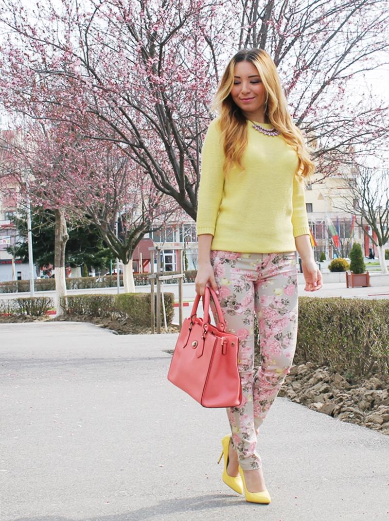 Tinuta de primavara cu pantaloni inflorati, imprimeu inflorat, pulover galben zara, pantofi galbeni poema, geanta piersicuta orsay
