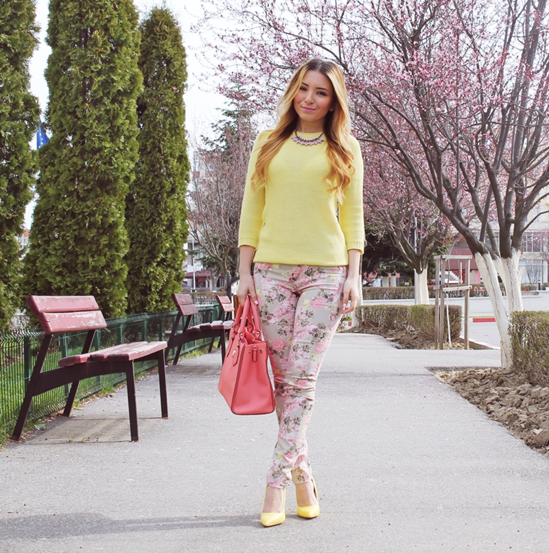 Street style spring outfit, floral print pants, yellow sweater zara, yellow shoes, peachy bag. Fashion blogger