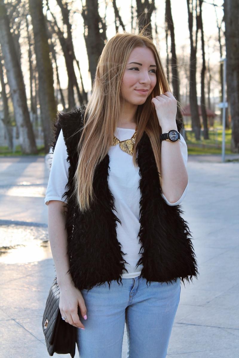 Andreea Design blog - cum purtam vesta de blana primavara - colier frunze auriu, ceas michael kors negru cu auriu