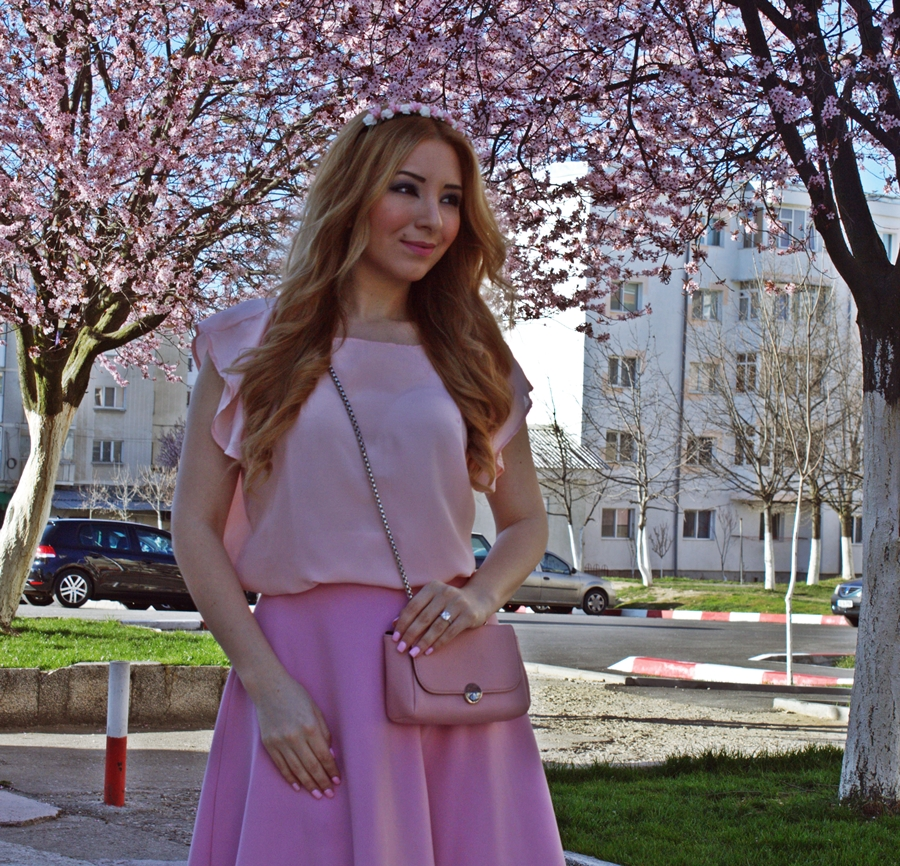 Bluza Raluca Martinescu roz pal cu fusta Andreea Design in semiclos roz pudrat si coronita cu flori Ruxandra Bobleaga