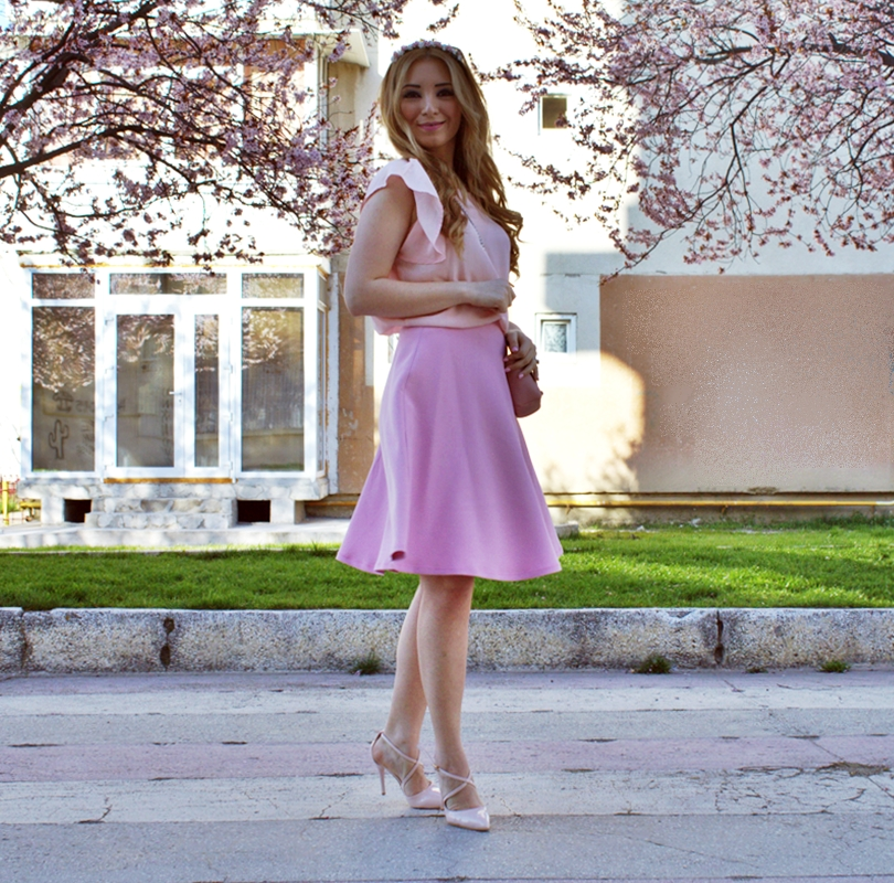 Street style powdery pink, nude, circle skirt, midi skirt, romantic look, ootd, spring look - flowers