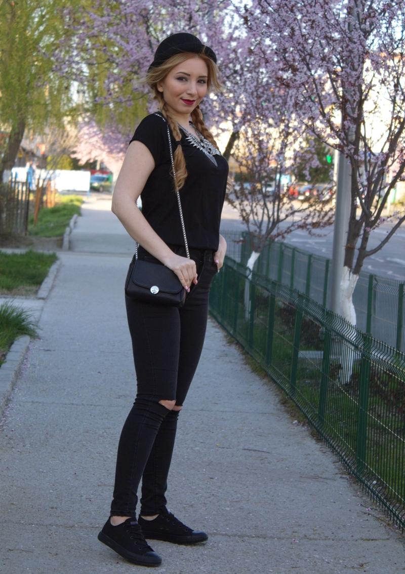 Andreea Ristea, blogger de moda - tinuta all black, blugi rupti negrii cu talie inalta, tenesi negrii, tricou basic