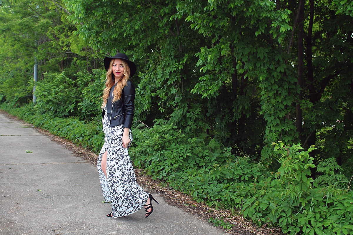Street style maxi dres, black white print bershka, with black leather jacket, big hat, zara sandals 2015