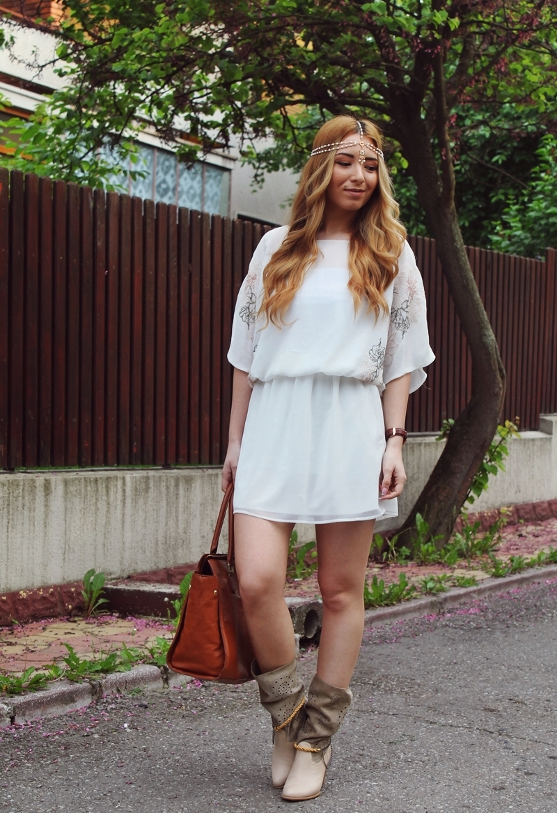 street style: zara white dress, brown summer boots, boho style, hair chain, outfit, blogger