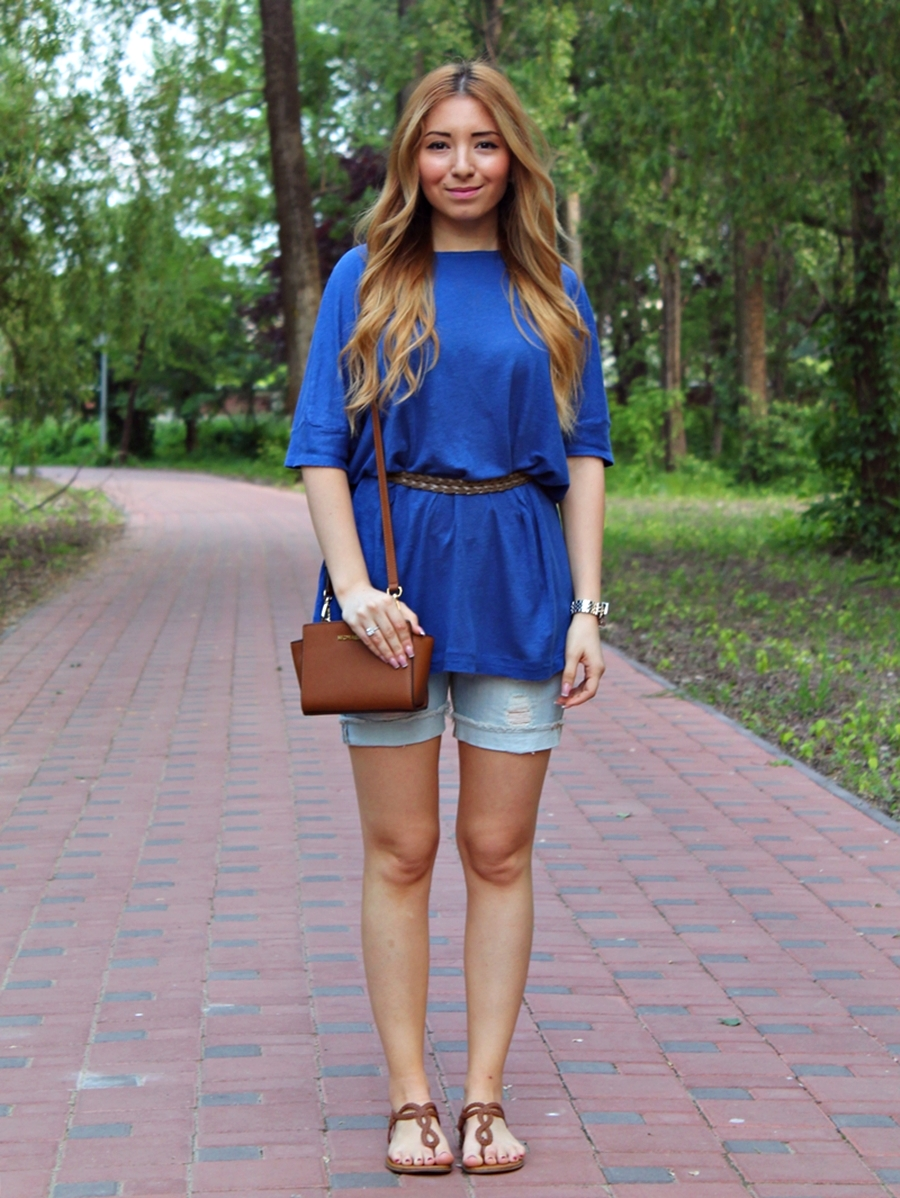 Street style - ovsersize blouse royal blue, short jeans, michael kors small selma crossbody bag, brown sandals