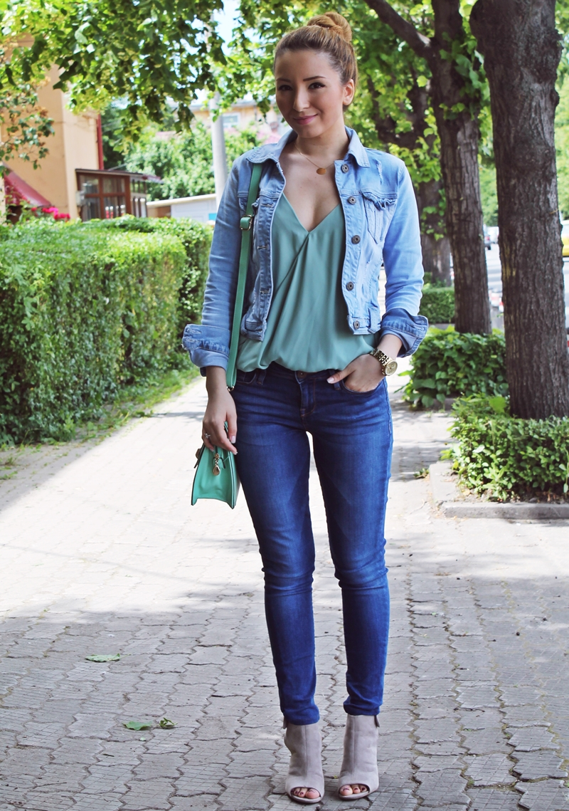 Street style - skinny dark blue jeans, mint green bag and top, denim jacket - fashion blogger, pinterest, ootd