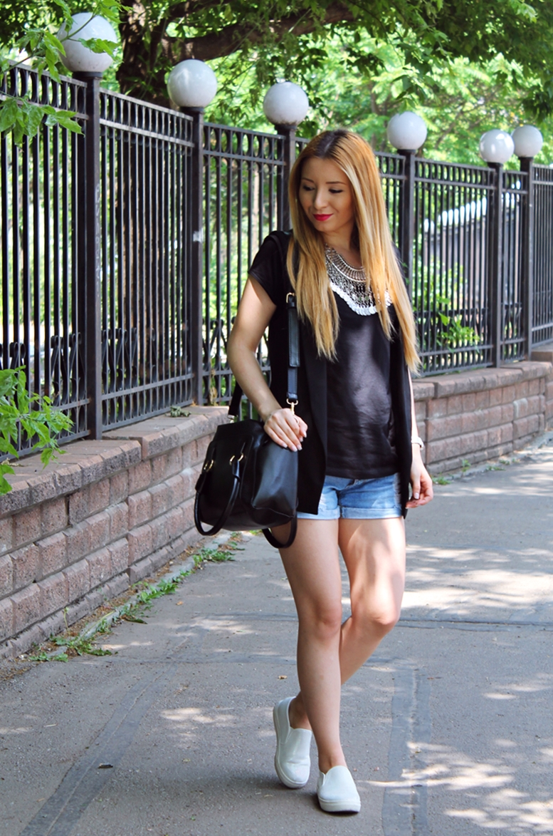 street style tuxedo black zara vest, gipsy necklace silver, shorts jeans, black bag, summer look, outfit, fashion blogger