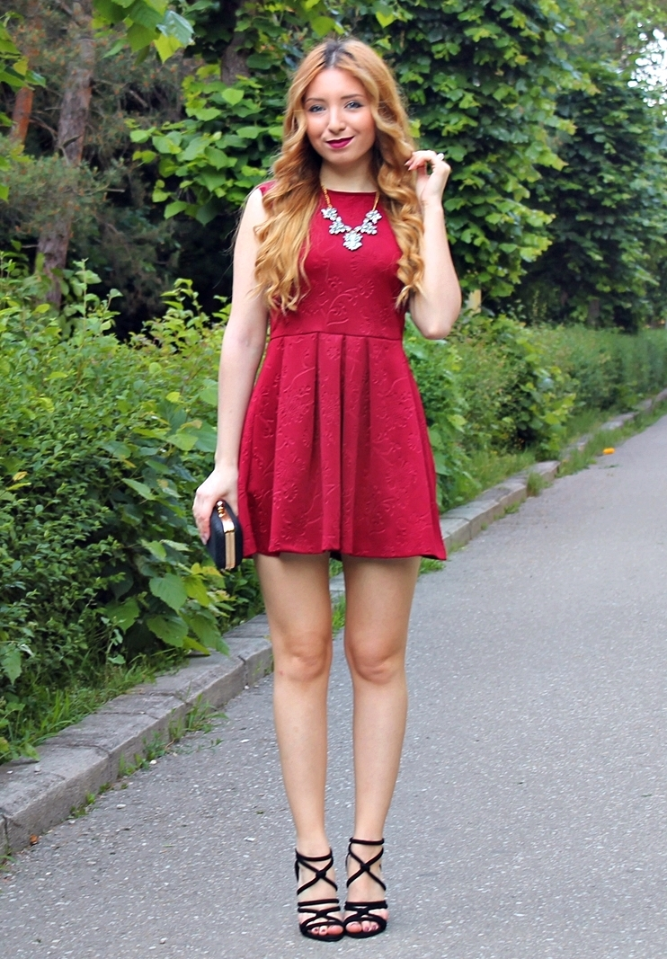Rochie scurta cu pliuri rosu burgundy - culoarea vinului rosu, sandale zara 2015  negre