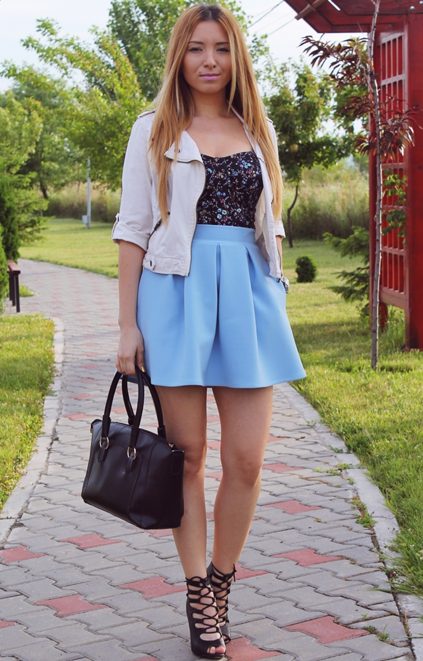 Street style floral top, light blue pleated short skirt, pimkie black lace up sandals, nude jacket, black bag, fashion blogger Andreea Design