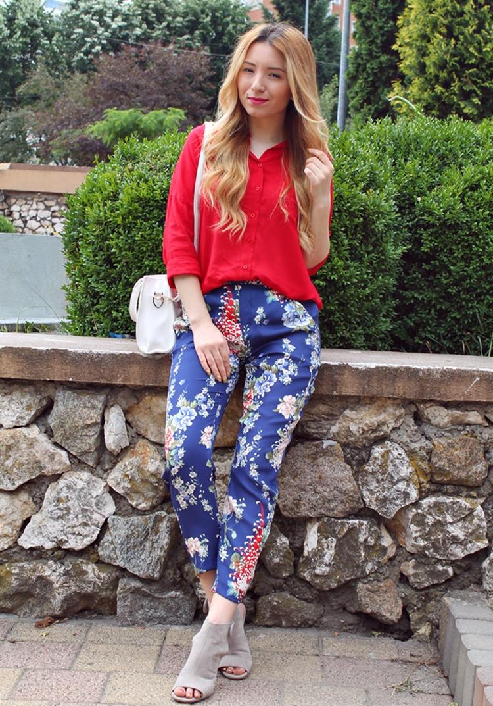 Blogger de moda Pitesti: Tinuta de vara cu pantaloni inflorati Zara, Camasa rosie si sandale cu toc mediu Deichmann