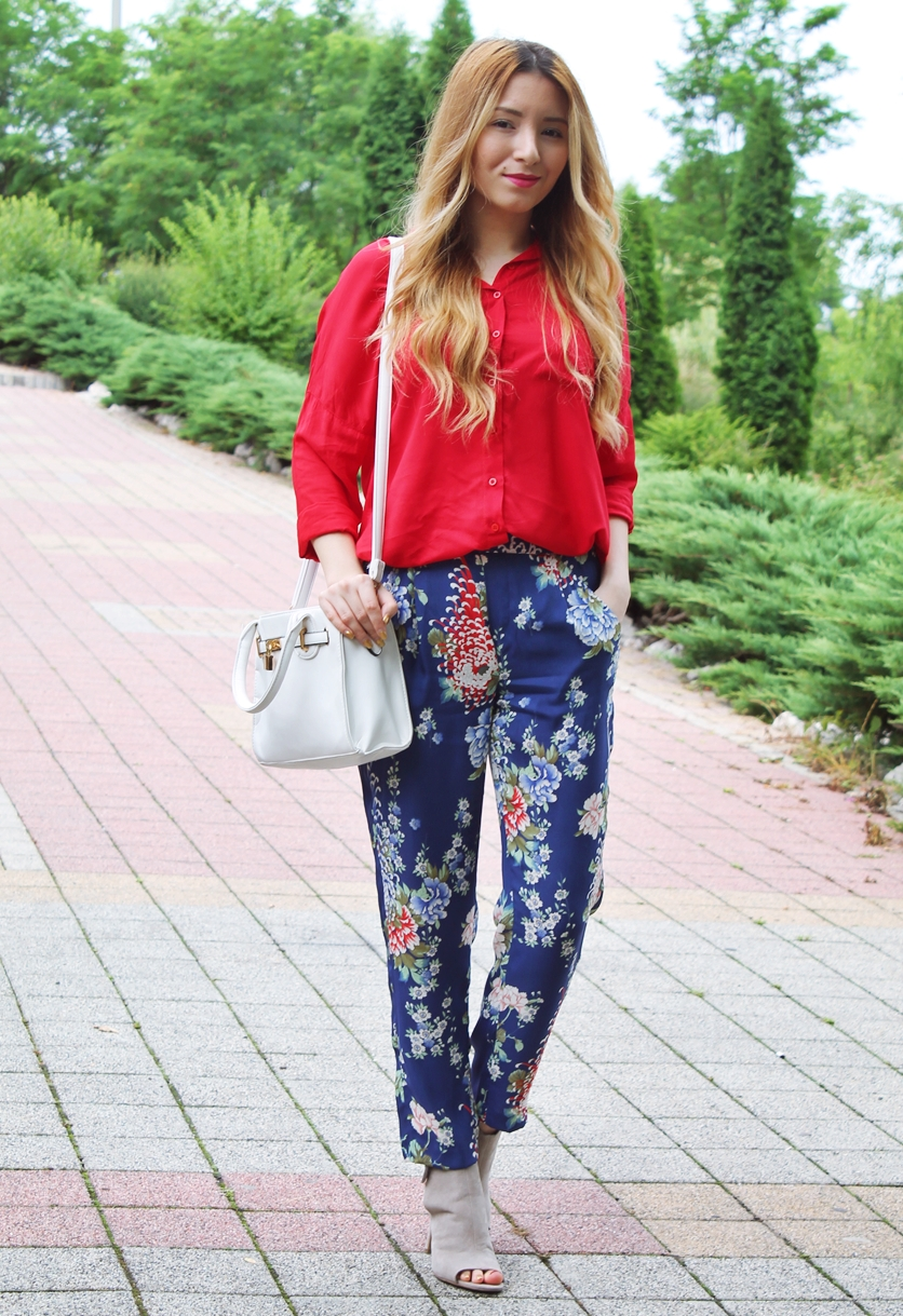 Street style, floral blue print pants, zara, red shirt, white bag. summer look, fashion blogger andreea ristea