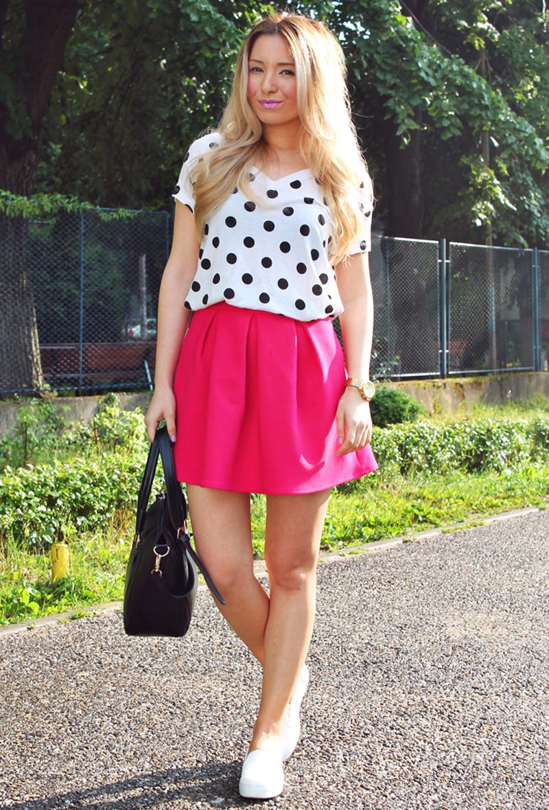 Street style: pink pleated skirt, white t shirt with black dots, barbie look, fashion blogger
